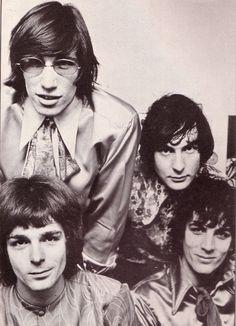 Pink Floyd is een Engelse rockband die internationale erkenning kreeg voor zijn progressieve psychedelische rockmuziek. De groep evolueerde tot pioniers van de progressieve rock en symfonische muziek. Pink Floyd verkocht wereldwijd meer dan 300 miljoen albums. Syd Barrett, Roger Waters en het latere bandlid David Gilmour kenden elkaar van school in Cambridge, terwijl de overige leden Mason en Wright samen met Roger Waters architectuur studeerden aan het Polytechnic in Regent Street in…