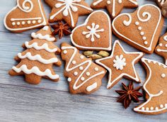 galletas navideñas shared by Jennyger Bello on We Heart It Cute Christmas Cookies, Easy Christmas Cookie Recipes, Xmas Cookies, Christmas Gingerbread, Christmas Candy, Christmas Baking, Christmas Time, Ceramic Christmas Decorations, Gingerbread Decorations