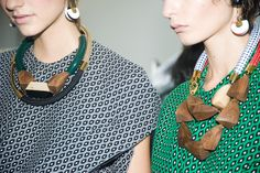 El espíritu artesanal en Marni. Con la joyería hecha a mano de madera y materiales naturales, los accesorios en el Marni Primavera / Verano 2015 muestran capturaron el espíritu artesanal de la casa de moda y afirmó su reputación como la altura de la artesanía italiana.