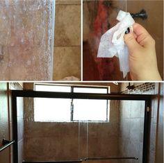 BAÑO - MANCHAS DE JABÓN: Para deshacerte de las manchas de jabón en las puertas de tu ducha, toma una servilleta de papel húmeda y frota las puertas, luego tállalas con una esponja limpia y échales agua.