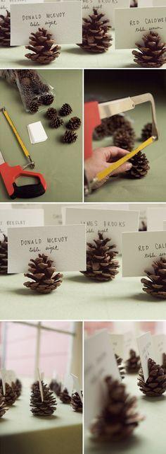 DIY: semillas de pino para sostener los números de la mesa.