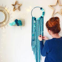 No hay descripción de la foto disponible. Diy Home Crafts, Handmade Crafts, Crafts To Make, Arts And Crafts, Pom Pom Crafts, Yarn Crafts, Sewing Crafts, Diy Dream Catcher Tutorial, Dream Catcher Craft