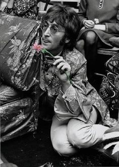 John Winston Ono Lennon rose to fame with the Beatles. In Lennon embarked… John Lennon Beatles, John Lennon And Yoko, Jhon Lennon, Julian Lennon, Yoko Ono, Rock N Roll, Jazz, The Fab Four, British Invasion