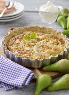 Mandelmassa och pinjenötter smakar gott i fyllningen ovanpå päronen.