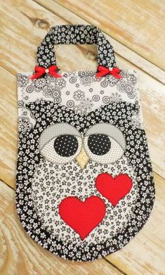 """LIXEIRA PARA CARRO """"CORUJA"""" Owl Crafts, Diy And Crafts, Crafts For Kids, Purse Patterns, Stitch Patterns, Sewing Hacks, Sewing Projects, Easy Halloween Crafts, Baby Accessories"""