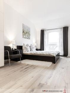 Auch in den eher privaten Räumen, hier das Schlafzimmer, dominiert Tageslicht die Atmosphäre. Das nachträglich eingebaute helle Eichenparkett im rustikalen Look unterstützt den Lichtwirkung.