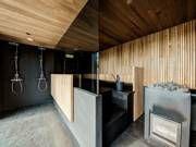Olohuone jossa takka, avokeittiö, baari ja lounge-alue, 3mh ja 2 kph, joista master bedroomissa kylpyhuone ja sauna, pukeutumishuone, khh, elokuvateatteri, lämmin varasto 11 m², terasseja 49 m², patio