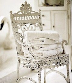 Ornate white iron chair shabby chic .·:*¨¨*:·.Blanc.·:*¨¨*:·. That chair is beautiful!