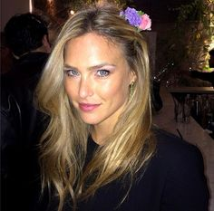love the flower in her hair- perfect if you're invited to a wedding Blonde Beauty, Hair Beauty, Beautiful Eyes, Beautiful Women, Blonde Hair Inspiration, Stockholm Street Style, Paris Street, Bar Refaeli, Pretty Hairstyles