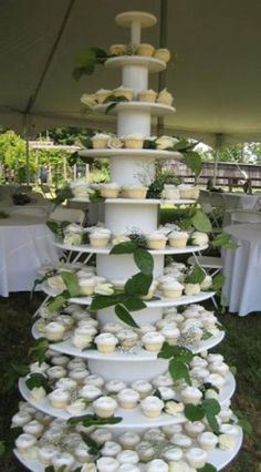 green and White Wedding Cake and Cupcake Decorating Ideas cup-cake-towers lovable-food foodstuff-i-love White Wedding Cupcakes, Cupcake Tower Wedding, Cupcake Towers, Best Pictures Ever, Cool Pictures, Mexican Brunch, Traditional Wedding Cakes, Desert Table, Giant Cupcakes