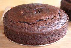 Za prazničnu posnu tortu potrebno je: 250 g šećera, 500 g brašna, 1 kašičica sode bikarbone, 1 vanilin šećer, šoljica kakaoa, strugana kora od limuna, 250 g šećera u prahu, 500 g oraha, 2 kašike ulja, 1 strugani muskantni oraščić, sok od 1/2 limuna.