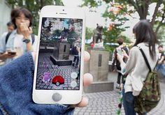 日本でも配信が始まったスマートフォン向けゲーム「ポケモンGO(ゴー)」。東京・JR渋谷駅前のハチ公像付近でゲームを楽しむ人たち=…