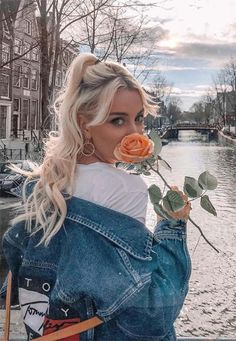 13 coolest denim jackets for women: Jean Jacket outfits to try - Mode Tipps - Girl Photo Portrait, Portrait Photography Poses, Photography Poses Women, Tumblr Photography, Creative Photography, Fashion Photography, Teenage Girl Photography, Editorial Photography, Poses For Pictures