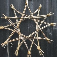 Billedresultat for how to make willow decorations for xmas Fall Wreaths, Christmas Wreaths, Christmas Crafts, Christmas Decorations, Twig Crafts, Nature Crafts, Willow Weaving, Basket Weaving, Christmas Star
