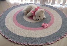 Decoração infantil em tricô e crochê: tapetes, almofadas, brinquedos e mais! : ᐅ Mil dicas de mãe Crochet Doily Rug, Rag Rug Diy, Old Bed Sheets, Knit Rug, Cheap Rugs, Fabric Yarn, Old Clothes, Cool Rugs, Crochet Blankets