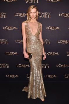 Karlie Kloss from The Big Picture: Today's Hot Pics Golden goddess! The model looks statuesque in a gold gown at the L'Oreal Paris Women of Worth event in New York City. Gold Gown, Sequin Gown, Gold Dress, Bronze Dress, Celebrity Red Carpet, Celebrity Style, Celebrity Gowns, Karlie Kloss Style, Womens Worth