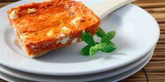 Για να αποφύγετε το τηγάνισμα μέσα στη ζέστη και για να γίνουν πιο ελαφριοί οι ντοματοκεφτέδες, απλώστε το μείγμα στο ταψί και ψήστε το στο φούρνο.