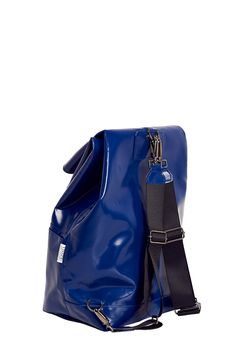 The TrueColors Backpackwith adjustable straps is made out of a strong industrial cloth. This material is a 100% waterproof and stronger than leather. Our backpack can contain a big volume and has an extra front pocket to store your small items.