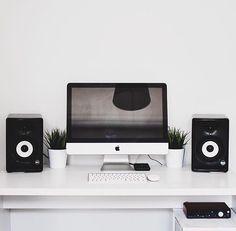 Setup by: @crtproducer #minimal #workspace #minimalsetups