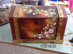 I've done similar ► hobihane ◄: Aralık 2010 - Einrichtungsideen Painted Trunk, Painted Chairs, Hand Painted Furniture, Ceramic Painting, Painting On Wood, Inspiration Artistique, Decoupage Box, Altered Boxes, Jewellery Boxes