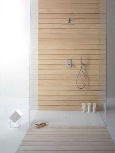 Banheiro minimalista com revestimento de porcelanato amadeirado claro