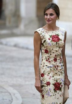 4 August 2017 - King Felipe, Queen Letizia and Queen Sofia host a dinner for authorities in Palma de Mallorca - dress by Juan Duyos Pretty Dresses, Beautiful Dresses, Mother Of Bride Outfits, Short Dresses, Summer Dresses, Queen Letizia, Royal Fashion, Dress Me Up, Dress Patterns