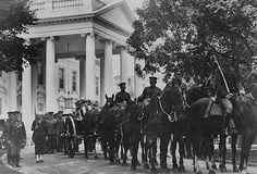 ☆Funeral of President Warren G. Republican Presidents, Us Presidents, American Presidents, American History, Warren Harding, Calvin Coolidge, Warren G, Famous Graves, Inevitable