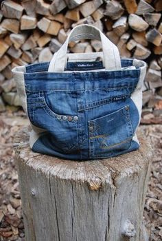 recycling jeans by Hercio Dias Diy Jeans, Patchwork Bags, Quilted Bag, Blue Jean Purses, Denim Purse, Denim Crafts, Fabric Bags, Handmade Bags, Handmade Bookmarks