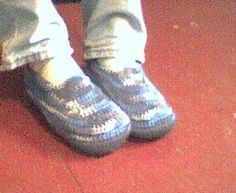 Crochet Patterns Men CROCHET--Men& Padded Sole Slippers--only one fuzzy pic of finished item, bu. Crochet Men, Knitted Slippers, Mens Slippers, Crochet Slippers, Baby Slippers, Crochet Summer, Irish Crochet, Free Crochet, Crochet Slipper Pattern