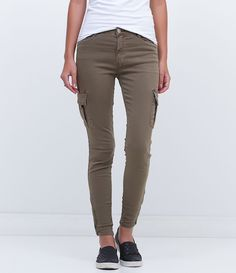 Calça feminina  Modelo Cargo  Bolso lateral  Fechamento de zíper na barra  Modelo veste tamanho: 36     COLEÇÃO INVERNO 2016     Veja outras opções de    calças jeans femininas   .