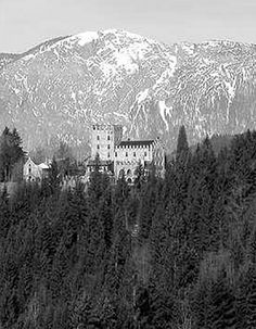 05 May 45: In the last days of the war in Europe, anti-Nazi German troops join forces with American soldiers to fight off a Waffen-SS Panzer division trying to recapture a castle fortress in the Austrian Alps where 14 VIP French prisoners had been held. It is the only time that American and German troops join forces in combat in WWII and the only time Americans defended a medieval castle from siege.. #WWII #History
