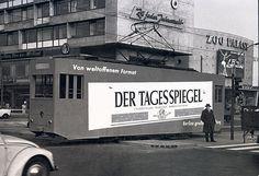 """Berlin-Charlottenburg, 1955. Eine Straßenbahn mit bescheidener Tagesspiegel-Reklame rollt über die Hardenbergstraße am Bahnhof Zoo. Im Hintergrund der Zoo Palast. In diesen Fahrzeugen saß kein Fahrgast - es war ein so genannter """"Reklamewagen"""". Foto: Tsp"""