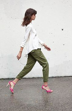 Color combo. Pink heels. Green trousers. White shirt.