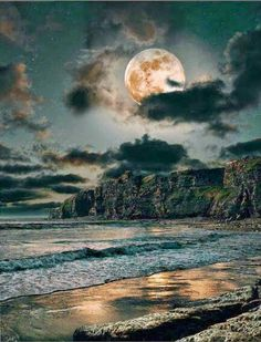 Find images and videos about nature, night and ocean on We Heart It - the app to get lost in what you love. Shoot The Moon, Moon Rise, All Nature, Night Skies, Belle Photo, Pretty Pictures, Beautiful Moon Pictures, Beautiful World, Moonlight