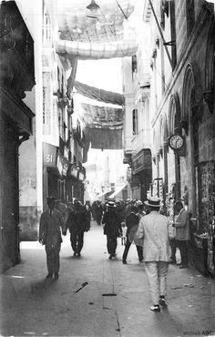 Poco a cambiado esta calle, a lo largo de la historia de Sevilla. Hoy podemos verla igual, con toldos para protegernos del sol.Turistas con sombreros, multitud de negocios y peatonal.