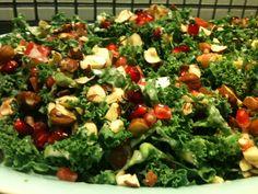 Denne salat bruger jeg specielt til and, da den er så frisk og sprød, og går godt til den fede and.        et stort bundt frisk grønkål  et...