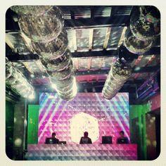 Armar una cabina de DJ con Pantalla de Led es una opción que se está usando mucho para fiestas que quieran una Pista de Baile moderna y divertida.