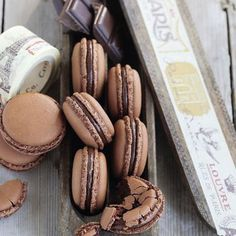 Airy chocolate macaroons-Luftige Schoko-Macarons For all lovers of dark chocolate. If you are not yet one, you will definitely be after enjoying these macarons. Brownie Cookies, Cake Cookies, Chocolate Chip Cookies, Chocolate Crinkles, Baking Recipes, Cookie Recipes, Dessert Recipes, Brownie Recipes, Frosting Recipes