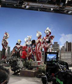 Ini dia nih cara bikinnya. Adegan pertarungan Ultraman dengan monster tersebut sepenuhnya dilakukan di dalam studio.