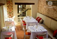 Salón La Sinera Brujas de Cartagena - Cartagena, Colombia Table Settings, Table Decorations, Furniture, Home Decor, Environment, Living Room Red, Cartagena Colombia, Bruges, Lounges
