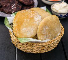 Luftiga, mjuka och saftiga bröd från Balkan. Lepinja är en blandning mellan pitabröd och luftiga frallor. Urläckra att öppna upp och fylla med något gott som cevapcici ellerpljeskavica. 8 bröd 5 dl ljummet vatten 30 g färsk jäst eller 3 tsk torrjäst Ca 10-11 dl vetemjöl ½ dl olja 2 tsk salt 1 msk socker Gör såhär: Lös upp jästen och socker med ljummet vatten.Tillsätt olja och blanda. Blanda i mjöl och salt. Knåda degen en bra stund, gärna i bakmaskin i ca 10 min. Degen ska vara ganska ... I Love Food, Hamburger, Bread, Cheese, Cooking, Kitchen, Cuisine, Cuisine, Hamburgers