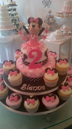 Minnie mouse 2 tier cake with cupcakes