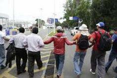 Maestros del CNTE bloquean el aeropuerto de Oaxaca como boicot a comicios - http://www.tvacapulco.com/maestros-del-cnte-bloquean-el-aeropuerto-de-oaxaca-como-boicot-a-comicios/
