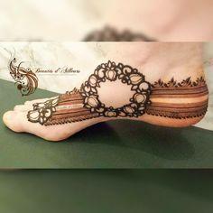 Simple Feet Mehndi Designs Ideas - The Handmade Crafts Mehndi Designs Feet, Mehndi Designs Book, Legs Mehndi Design, Stylish Mehndi Designs, Mehndi Designs For Girls, Mehndi Design Pictures, Dulhan Mehndi Designs, Beautiful Henna Designs, Beautiful Mehndi