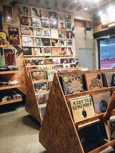 Need to go vinyl shopping Vinyl Record Shop, Vinyl Store, Vinyl Record Storage, Vinyl Records, Vinyl Record Display, Record Shelf, Retro Vintage, Vintage Music, Design Café