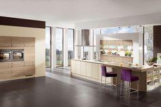 Keukenloods.nl - Keuken 35: Ruime keuken in hoekopstelling met kookeiland en vaste kastenwand.