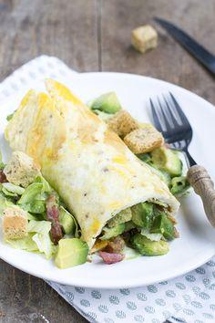 Caesar omeletwrap, een variatie op caesarsalade. In plaats van een gekookt eitje door de salade te mengen verpakte ik de caesarsalade in een omeletwrap.