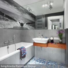 Bäder anständig beleuchten, sonst hilft Euch die weißeste Wand nichts! Keine deckenhohen Badschränke kaufen, sie verdunkeln den Raum! Verwendet hohe Spiegel (Bild), so verteilt sich das Licht besser – wir geben Tipps für dunkle #Badezimmer: http://www.roomido.com/wohntrends-einrichtungstipps/einrichten-nach-raeumen/dunkle-badezimmer.html