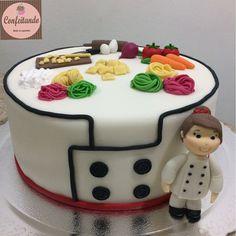 Bolo dólmã decorado em pasta americana no tema chef de cozinha/cozinheira, decoração comestível e chef modelada a mão em pasta de açúcar.
