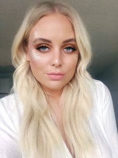 COACHELLA MAKEUP 2018 Do you want to get inspiration for your look for Coachella Festival? Loads of glitter and desert eyes!